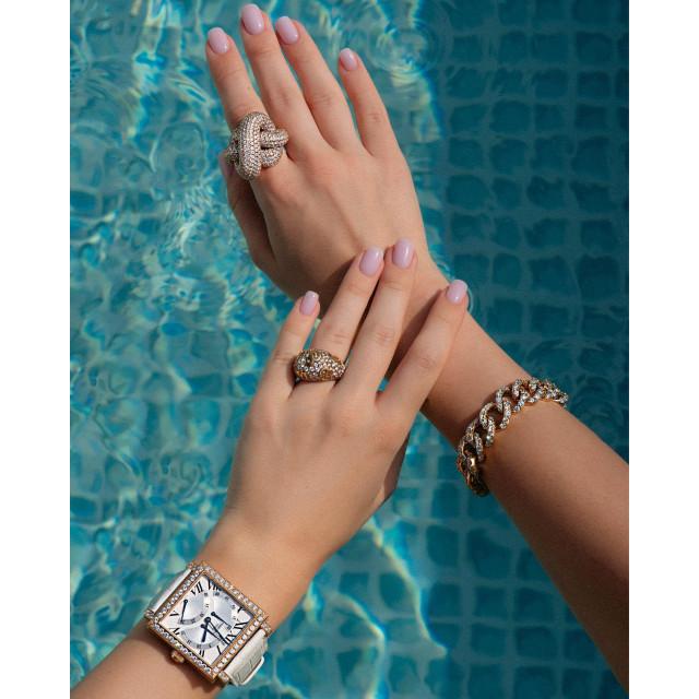 Одно украшение — хорошо, а четыре — еще лучше.   Кольцо Crivelli и Franck Muller выглядят на руке, как лучшие подруги, которые знают все твои секреты. А браслет из желтого золота Crivelli и часы Pierre Kunz как бы намекают, что без них — никак.  Кольцо #Crivelli: розовое золото, бриллианты. Кольцо #FranckMuller: желтое золото, бриллианты. Часы #PierreKunz: розовое золото, 241 бриллиант 6.52 ct. Браслет Crivelli: желтое золото золото, бриллианты.  #NOBLESSE #NoblesseKiev