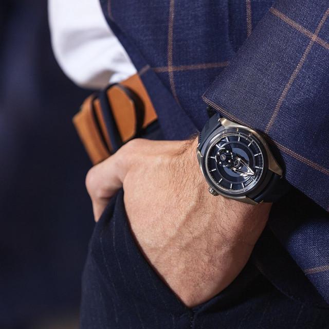 Freak X — лучшая модель для знакомства с брендом Ulysse Nardin. ⠀ Часы безупречные как снаружи, так и внутри. Центральный мост выступает в качестве минутной стрелки, а колеса обозначают часы — никакого циферблата и стрелок. Корпус каждого экземпляра часов имеет индивидуальный номер на боковой стороне. Внутри Freak X — инновационные решения: ультралегкое, сверхширокое колесо баланса из кремния, никелевые грузики и стабилизирующие микролезвия. ⠀ #NOBLESSE #NoblesseKiev #UlysseNardinFreakX #UlysseNardin #FreakX